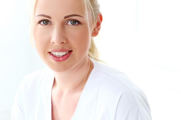 Profesional. hermosa cosmetóloga con linda sonrisa Foto gratis