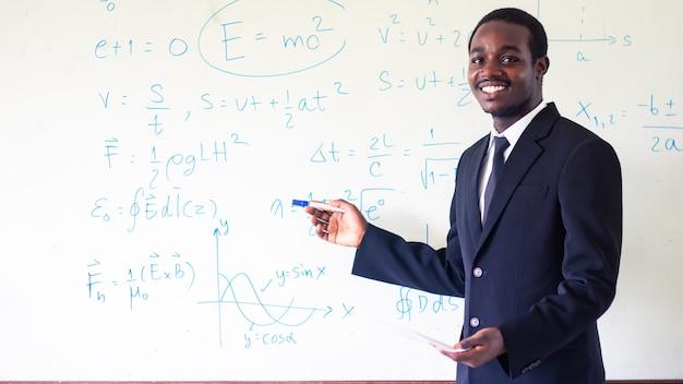 Profesor africano enseñando ciencias en el aula. Foto Premium
