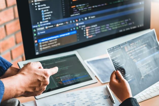 Programador en desarrollo desarrollo de equipos diseño de sitios web y tecnologías de codificación que trabajan en la oficina de la compañía de software Foto Premium