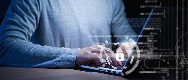 Programador escribiendo o trabajando en una computadora portátil para programar sobre seguridad cibernética Foto Premium