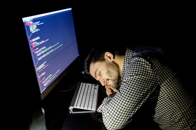 Programador independiente cayendo boca abajo durmiendo una siesta Foto Premium