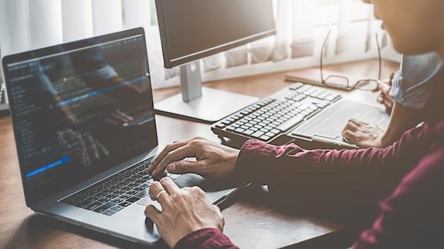 Programador trabajando en un desarrollo de software y tecnologías de codificación. diseño de páginas web. concepto de tecnología. Foto Premium