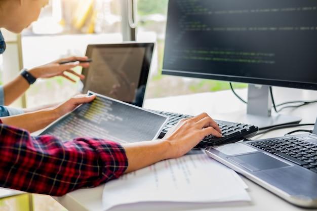 Programador trabajando en un desarrollo de software y tecnologías de codificación. Foto Premium