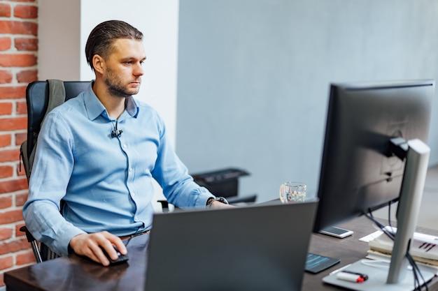 Programador trabajando en la oficina de una empresa de desarrollo de software. diseño de páginas web. Foto Premium