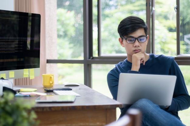 Los programadores y los equipos de desarrolladores están codificando y desarrollando software Foto Premium