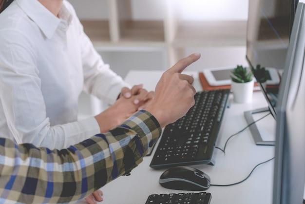 Programadores que desarrollan códigos en sus computadoras Foto Premium