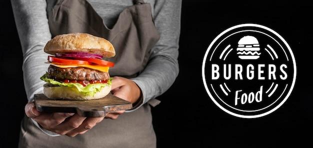 Promo de pub con deliciosa hamburguesa Foto gratis