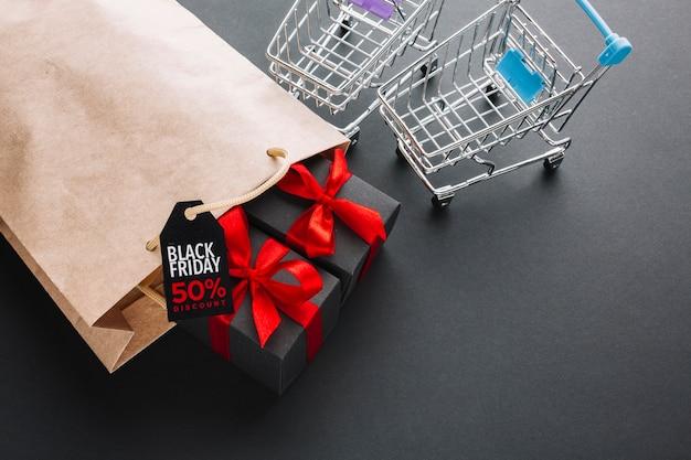 Promoción de viernes negro junto a carritos de compras Foto gratis