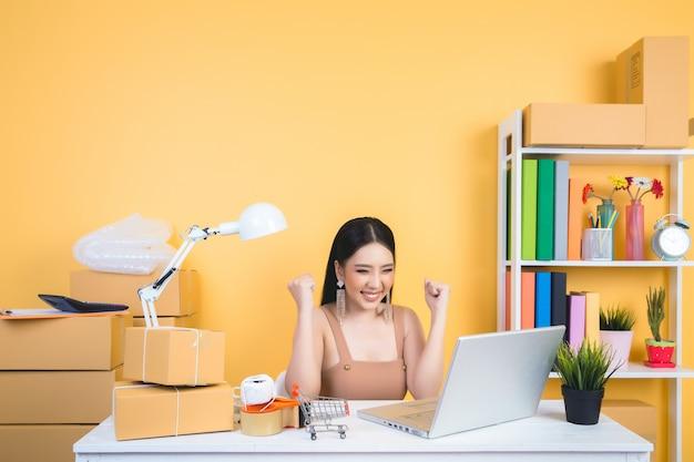 Propietario de empresa que trabaja en el embalaje de oficina en casa. Foto gratis