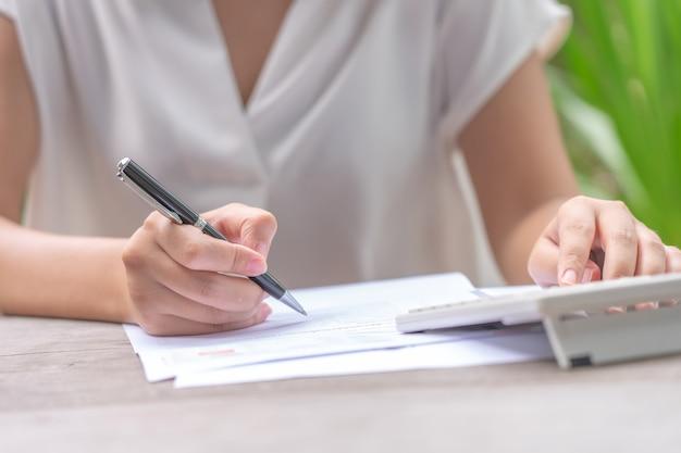 Propietario sentado en el cálculo anual de impuestos pulseras de facturación para reducir el impuesto. Foto Premium