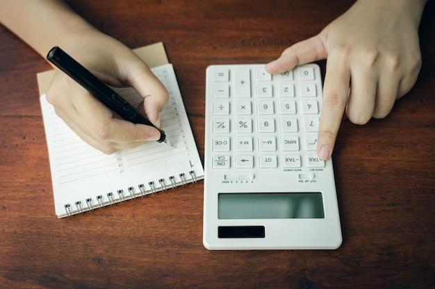 Propietario sentado en el cálculo del impuesto anual. pulseras del volumen de negocios para reducir el impuesto. Foto Premium