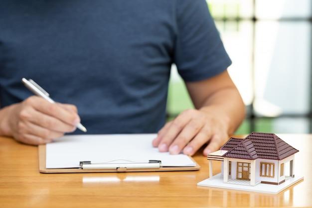 Los propietarios de viviendas seleccionaron la refinanciación de la vivienda y la verificación de las tasas de interés y pagos mensuales. préstamos hipotecarios para vivienda del concepto bancario Foto Premium