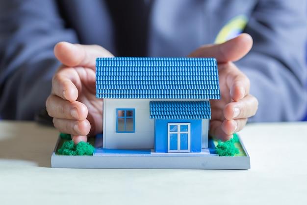 Protección de la casa en un banco. Foto gratis