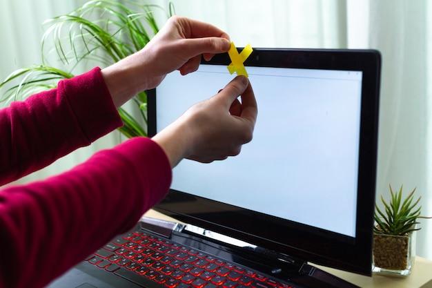 Protección contra el robo de identidad, concepto de estafa. seguridad cibernética, fraude cibernético. ataque de hackers, seguridad de datos personales e información. vigilancia en línea por webcam. hermano mayor Foto Premium