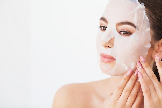 Protección de la piel. hembra joven que quita la máscara de la piel facial. mujer, belleza, cara Foto Premium