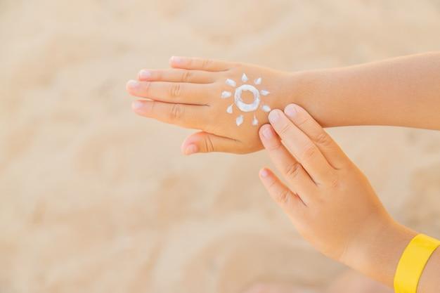 Protector solar en la piel de un niño. Foto Premium