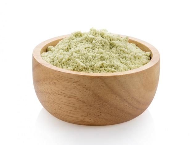Proteína de suero en un recipiente de madera sobre una superficie blanca. Foto Premium