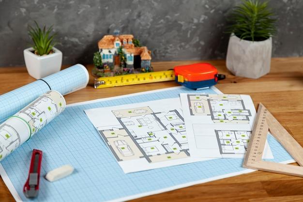 Proyecto arquitectónico de alto ángulo en escritorio Foto gratis