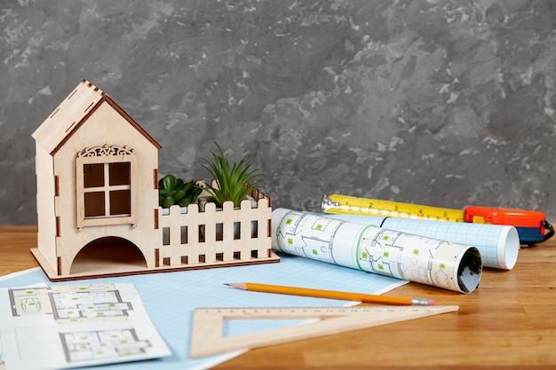 Proyecto arquitectónico de vista frontal en escritorio Foto gratis