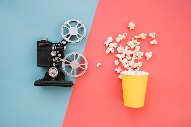 Proyector de cine con caja de palomitas Foto gratis