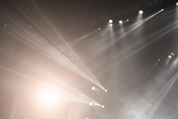 Proyector de escenario con rayos láser. fondo de iluminación de concierto Foto Premium