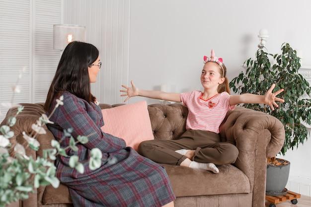 Psicólogo infantil profesional con adolescente. adolescente cuenta historia agitando emocionalmente sus brazos Foto Premium
