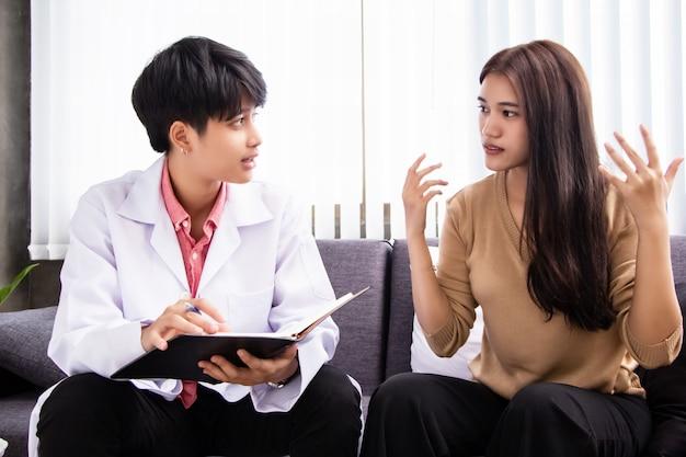 El psiquiatra conversa con la mujer estresada, consulta por plan de tratamiento. Foto Premium