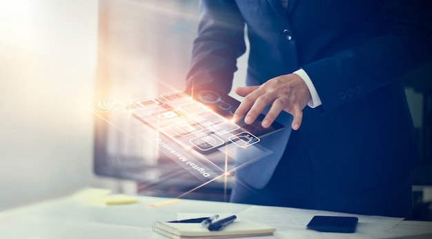 Publicidad digital. hombre de negocios que usa las conexiones en línea modernas de la conexión y la conexión de red del cliente del icono en la pantalla virtual. Foto Premium