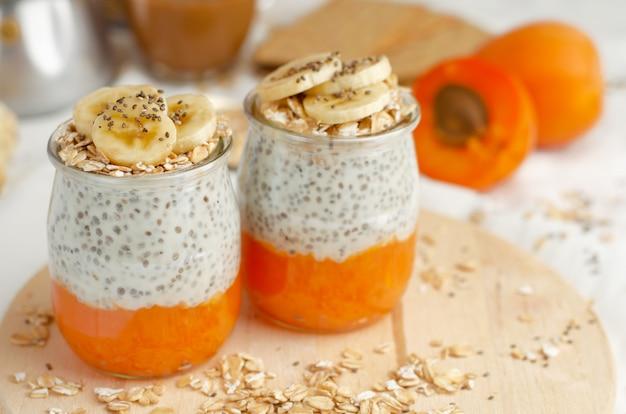 Pudín de yogur chia con albaricoque y plátano. Foto Premium