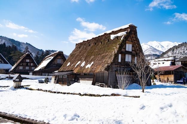 Pueblo en japón, cubierto de nieve en invierno y con un fondo azul cielo. Foto Premium