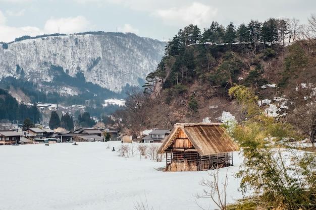 Pueblo de nieve en shirakawago, japón Foto gratis