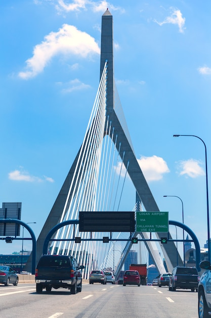 Puente de boston zakim en bunker hill massachusetts Foto Premium