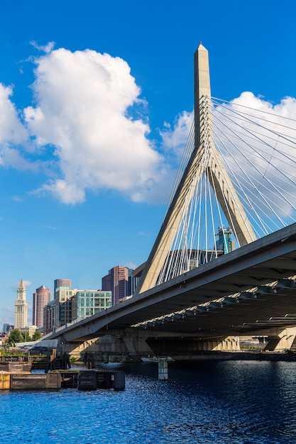 Puente de boston zakim en bunker hill massachusetts Foto Premium