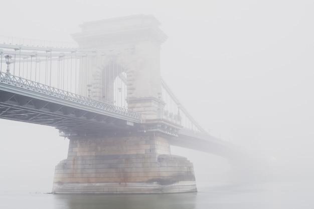 Puente de las cadenas, budapest, hungría, en la niebla Foto Premium