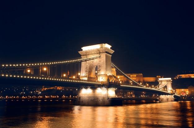 Puente de las cadenas de budapest en la noche Foto Premium