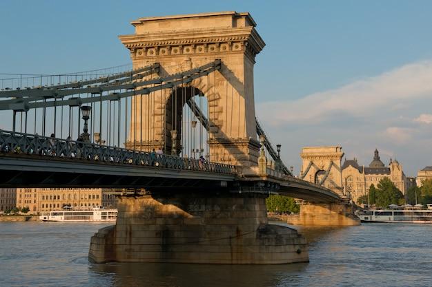 Puente de las cadenas en budapest Foto Premium