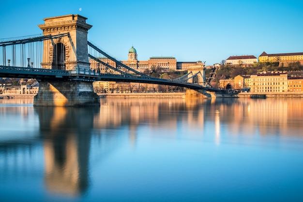 Puente colgante en budapest, hungría Foto Premium