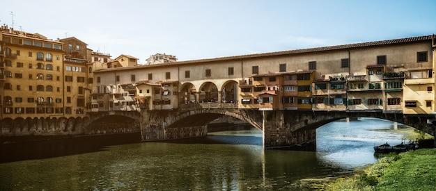 Puente ponte vecchio en florencia - italia Foto Premium