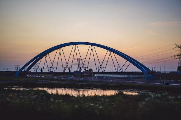 Puente de la puesta del sol sobre la carretera. Foto gratis