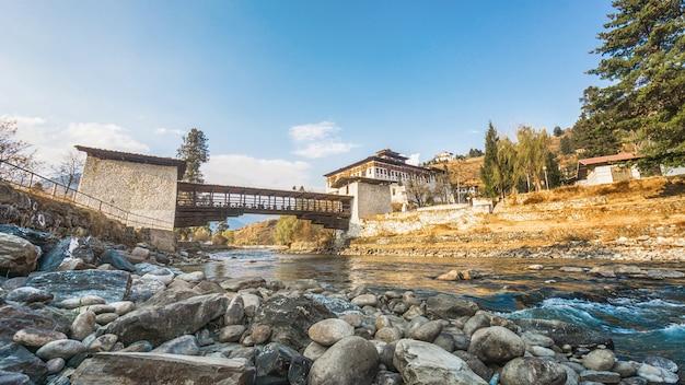 El puente sobre el río con el palacio, paro rinpung dzong, bhután Foto Premium