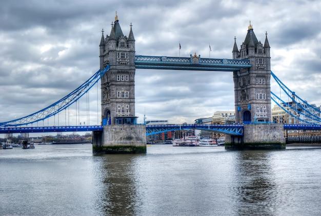 Puente de la torre en hdr Foto Premium