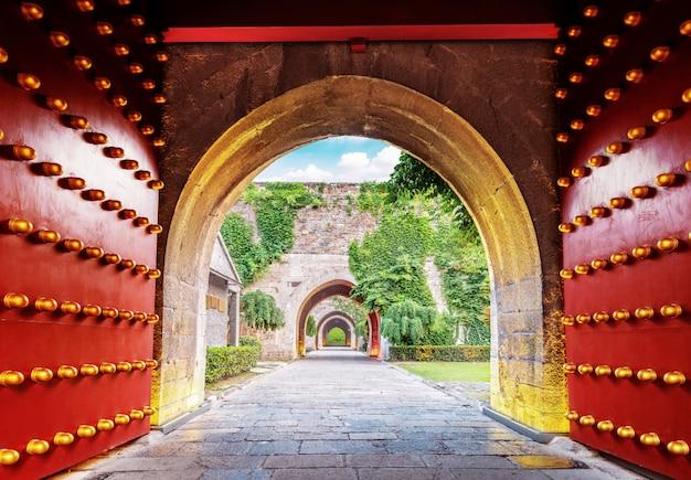 Puerta de la ciudad roja tradicional china Foto Premium
