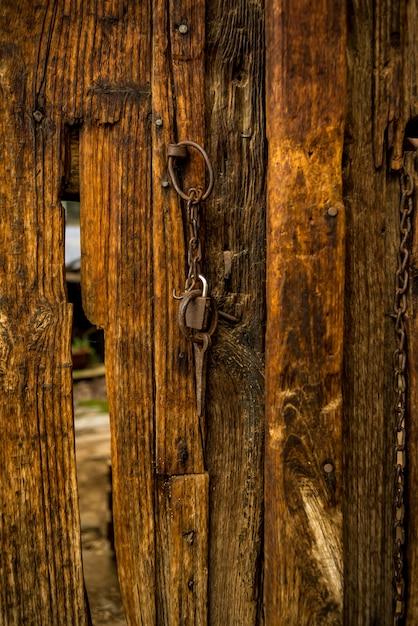 Puerta de madera vieja con antiguos aldabas de hierro for Puerta vieja madera