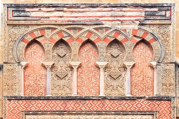 Puerta y fachada de san ildefonso, fachada morisca de la gran mezquita de córdoba, andalucía, españa Foto Premium