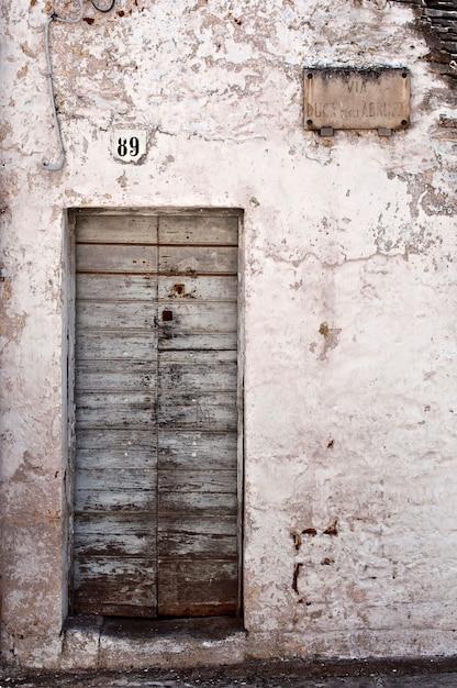 Puerta de madera deteriorada Foto gratis