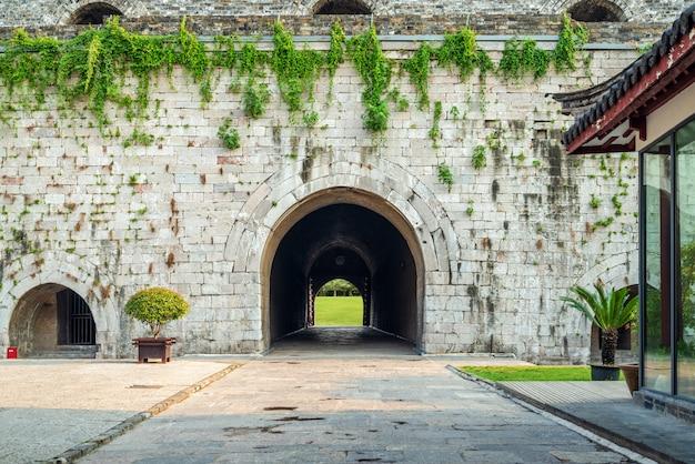 Puerta de la muralla de la ciudad antigua Foto Premium