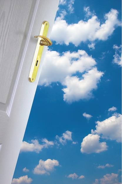 Puerta a las nubes Foto gratis