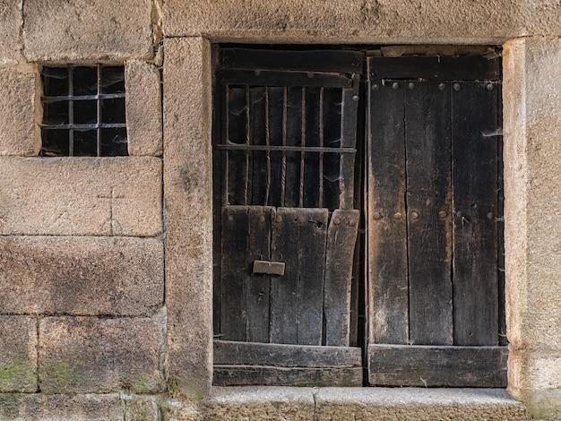 Puerta y ventana en el antiguo pueblo de la alberca. Foto Premium