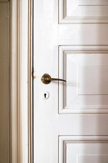 Puerta vintage con manija de puerta antigua Foto gratis