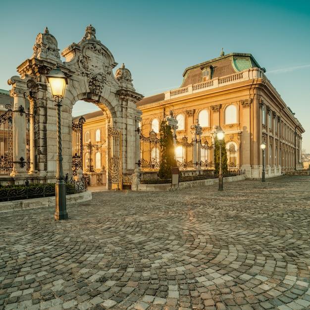 Puertas adornadas en el castillo de buda en budapest temprano en la mañana Foto Premium